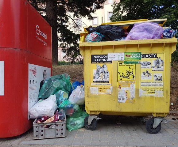 Lidi vBrně trápí přeplněné kontejnery a popelnice