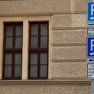Zlepší se situace s parkováním u škol a nemocnic?