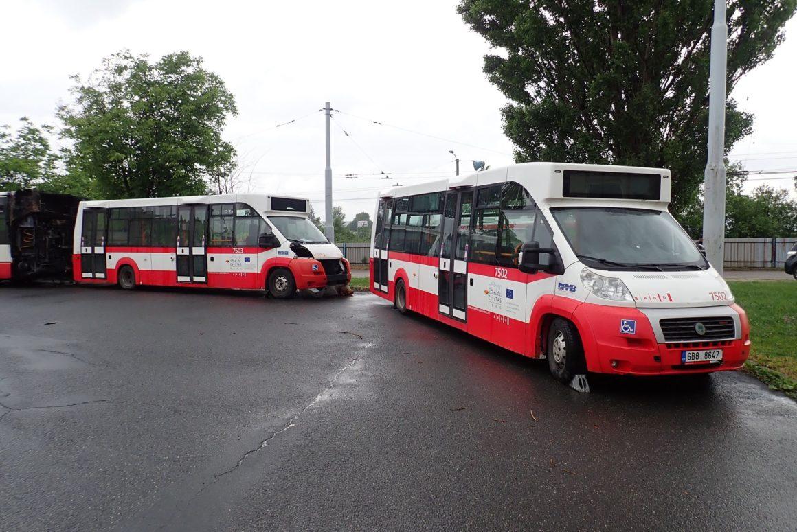 Téměř dva tisíce návštěvníků využilo k přepravě po Ústředním hřbitově minibus