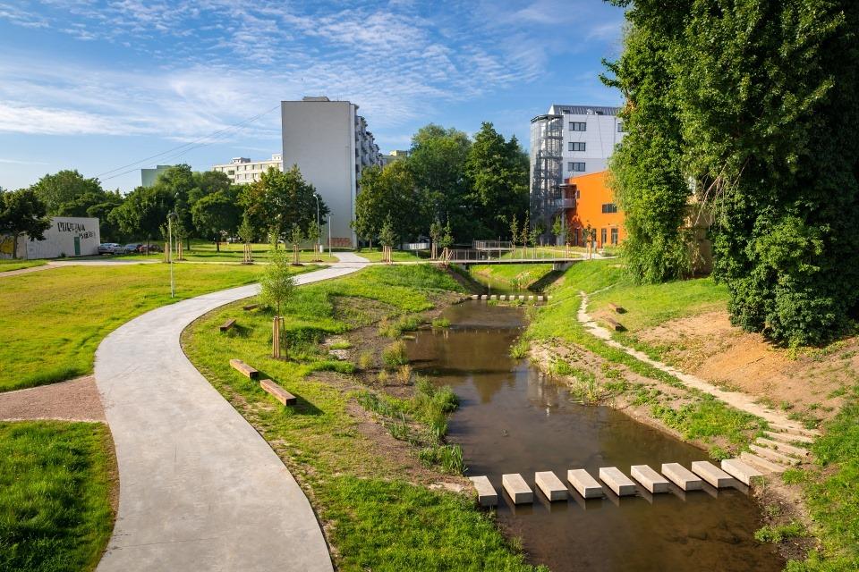 Ponávka zachráněna, u sídliště okolo ní vznikl park