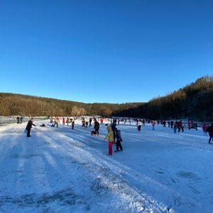 Brno vytvořilo nové přírodní kluziště, bruslit se dá v zamrzlém Zamilci