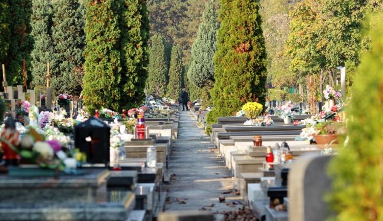 Květiny na hroby si Brňané objednají přes internet